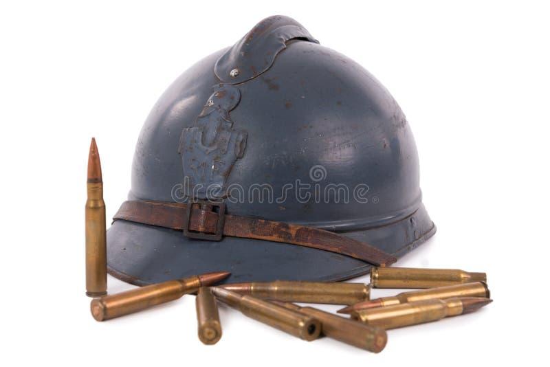 Den franska militära hjälmen av det första världskriget med ammunitionar är arkivfoto