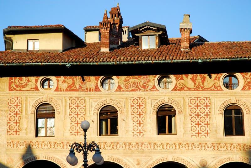 Den Frescoed väggen med fönster och farstubroar kvadrerar Ducale i Vigevano i landskapet av Pavia i Lombardy (Italien) arkivfoto
