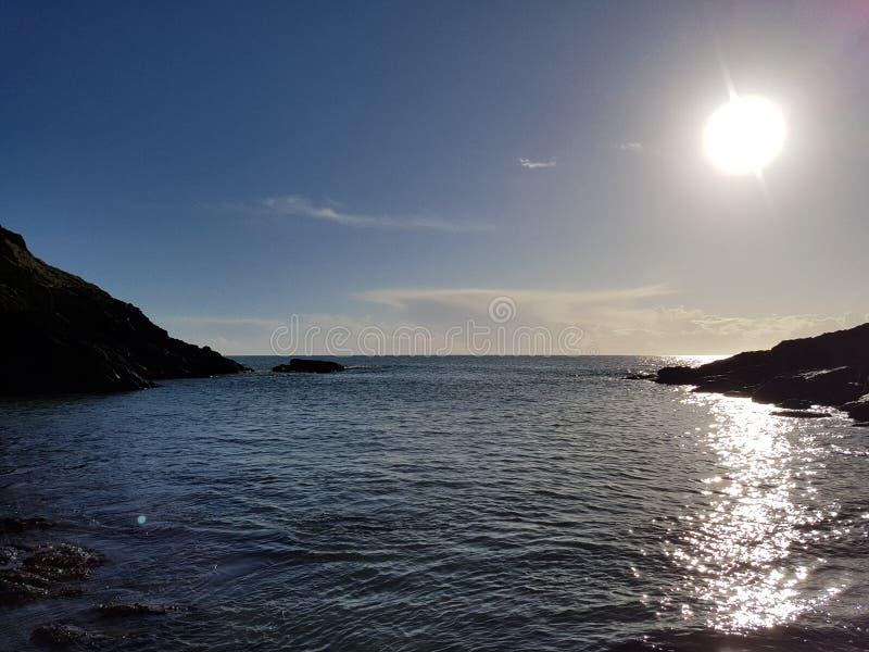 Den fridsamma corniska kustlinjen - royaltyfria foton