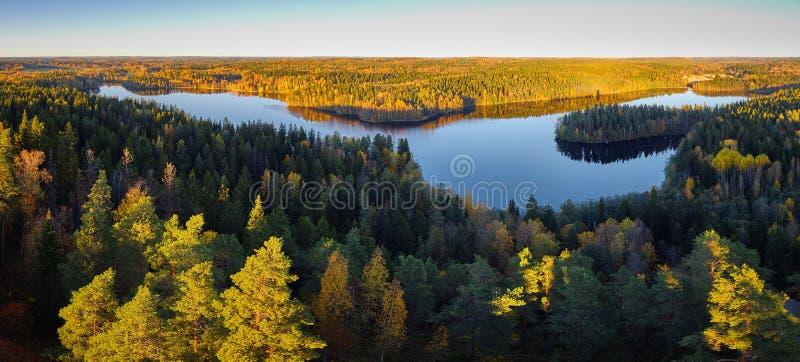 Den fridsamma panoramasjösikten med nedgångfärger på den Aulanko naturen parkerar i Finland arkivfoto