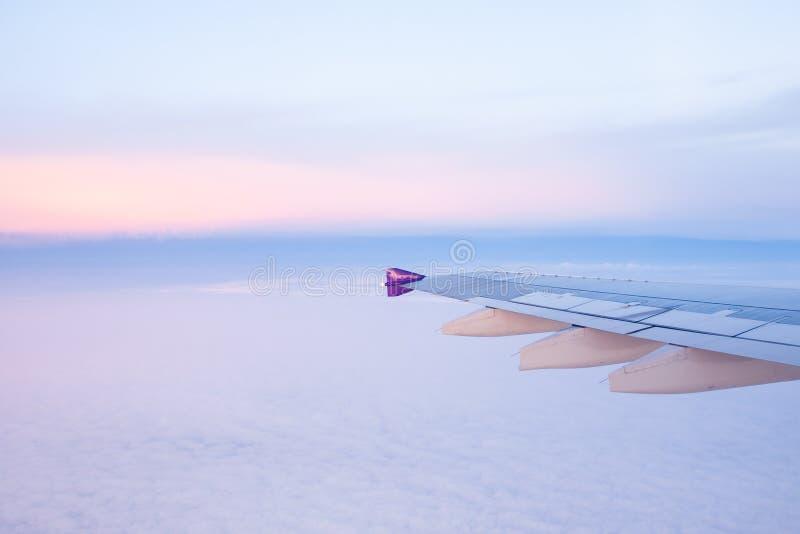Den fridsamma sikten från flygplanfönsterplats, fördunklar försiktigt och beauten royaltyfria bilder