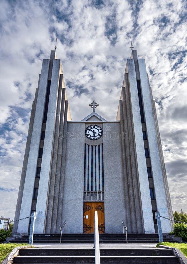 Den Frontal sikten på den Akureyrarkirkja kyrkan från Kirkjutroppurnar går moment i den Akureyri staden, huvudstaden av den Nordu royaltyfria foton