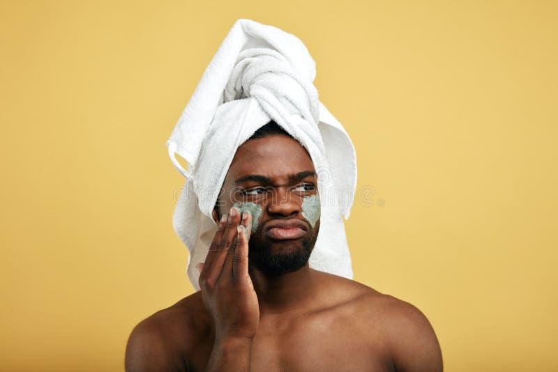 Den frustrerade ilskna olyckliga ledsna mannen atisfieds inte med en maskering arkivfoto