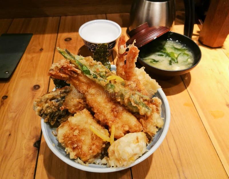 Den fulla bunken av japansk frasig blandad tempura på ris ställde in arkivbild