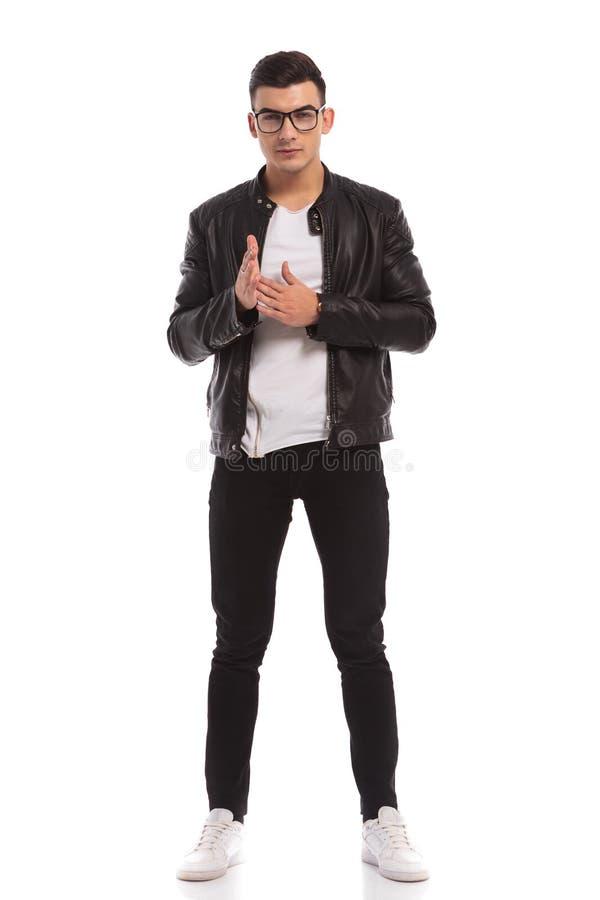 Den fulla kroppbilden av en hans gnidning för ung man gömma i handflatan arkivfoton
