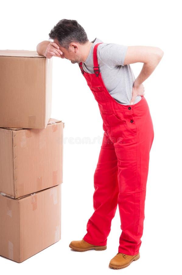 Den fulla kroppen av mannen som har ett tillbaka, smärtar benägenhet på askar arkivfoto