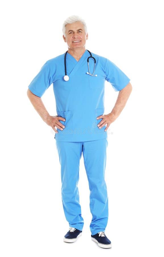 Den fulla längdståenden av den manliga doktorn skurar in med stetoskopet som isoleras på vit arkivbilder