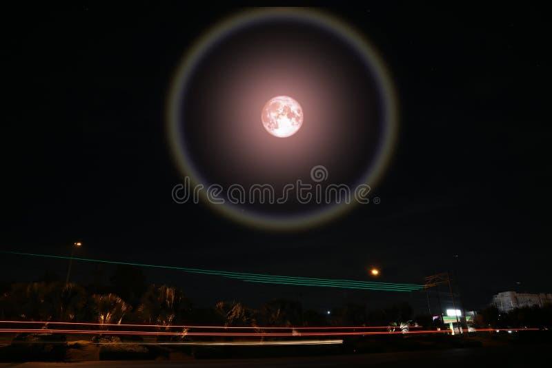 den fulla rosa måneglorien, månen och ljus skuggar på vägen i natthimmel royaltyfria bilder