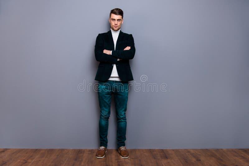 Den fulla ståenden för sikten för längdkroppformatet av hans vek han den bärande velvetinblazer för den trevliga stiliga attrakti fotografering för bildbyråer