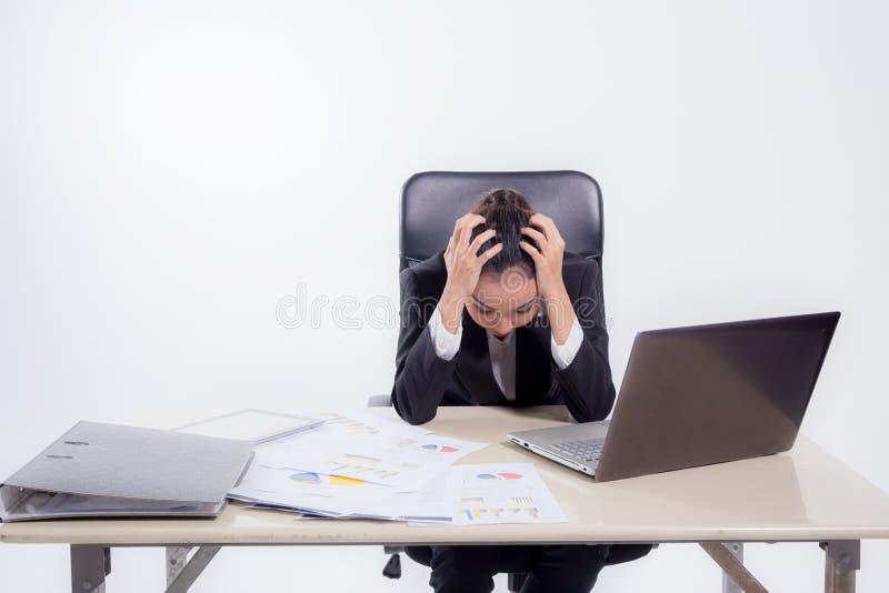 Den funktionsdugliga kvinnan är stressad från högen av arbete framme av henne i arbetsbegrepp royaltyfria foton