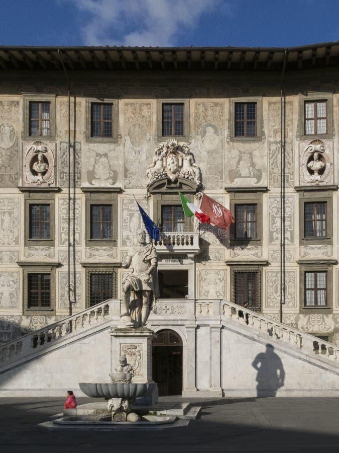 Den fyrkantiga piazzadeien Cavalieri för riddare med den Palazzo dellaen Carovana och statyn av Cosimo I de ` Medici i mitten av  arkivbild