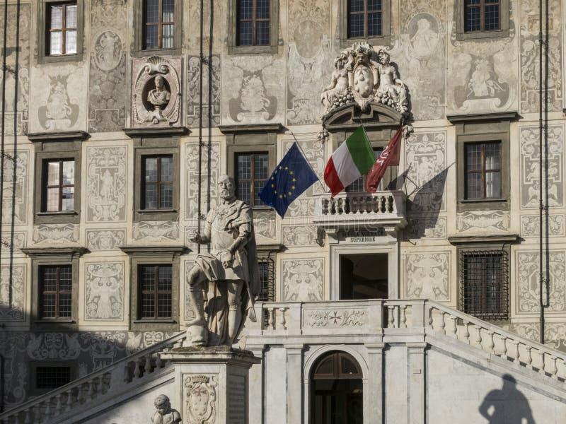 Den fyrkantiga piazzadeien Cavalieri för riddare med den Palazzo dellaen Carovana och statyn av Cosimo I de ` Medici i mitten av  arkivbilder