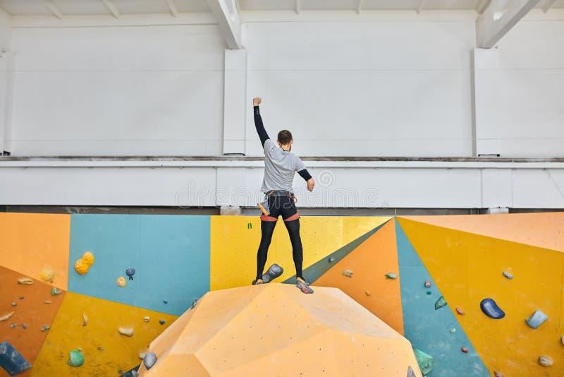Den fysiskt utmanade bouldereren visar det som är omöjlig, är ingenting arkivfoto