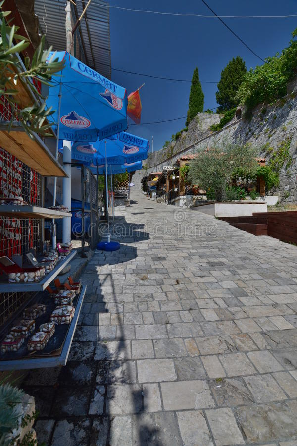 Den gå gatan som leder till fästningen Stari stång Montenegro arkivbilder