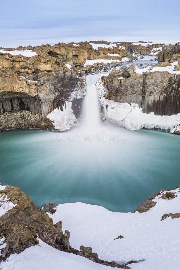 Den gömda vattenfallet när övergångssäsong arkivfoto
