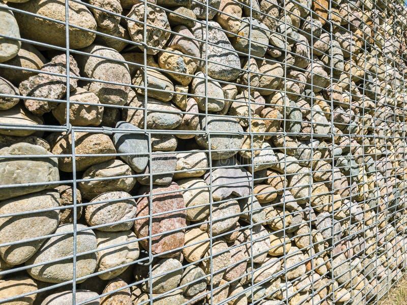 Den Gabion fäktningväggen gjorde av naturligt sten- och metallraster fotografering för bildbyråer
