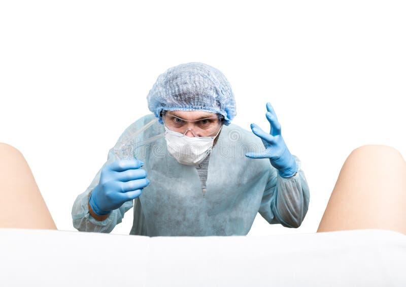 Den galna gynekologen undersöker en patient gör olika sinnesrörelser för tokigt doktorsuttryck och olik hand& x27; s-tecken fotografering för bildbyråer