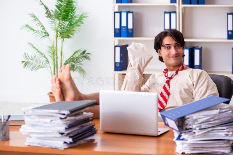 Den galna unga mannen i tvångströja på kontoret arkivbilder