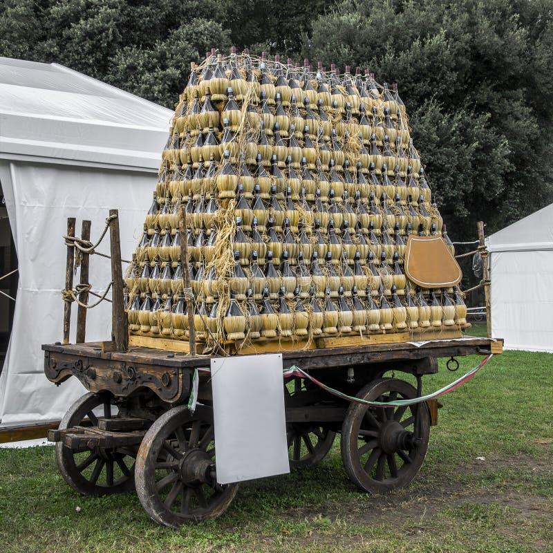 Den galna vagn`en för traditionell ` med flaskor fotografering för bildbyråer