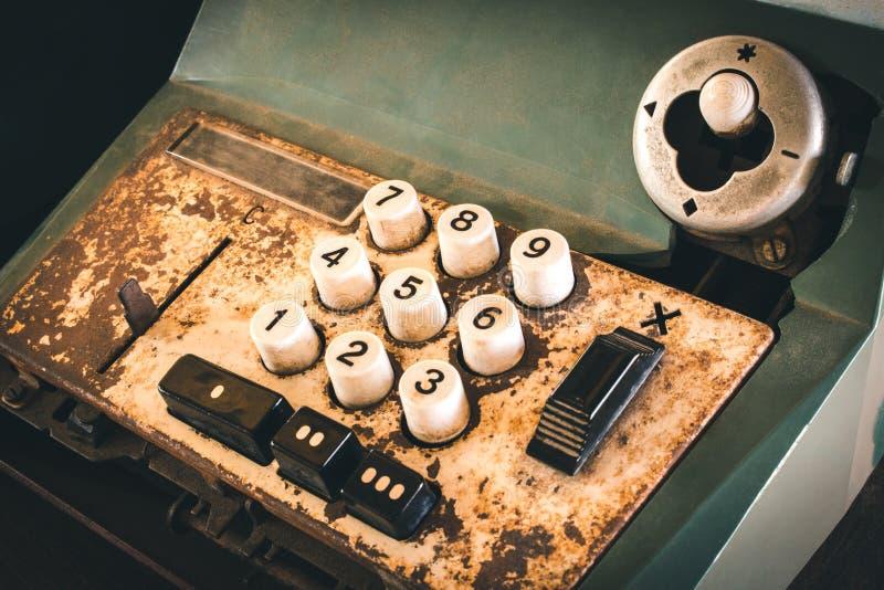 Den gamla antika kassaapparaten och att tillfoga maskiner eller antikviteten beräknar i gammal servicebutik royaltyfria bilder