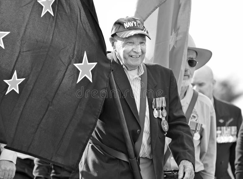 Den gamla australiska marinveteranblytaket Anzac Day ståtar flaggabäraren royaltyfri bild