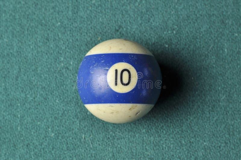 Den gamla billiardbollen nummer 10 gjorde randig vitt och bl?tt p? den gr?na billiardtabellen, kopieringsutrymme arkivfoto