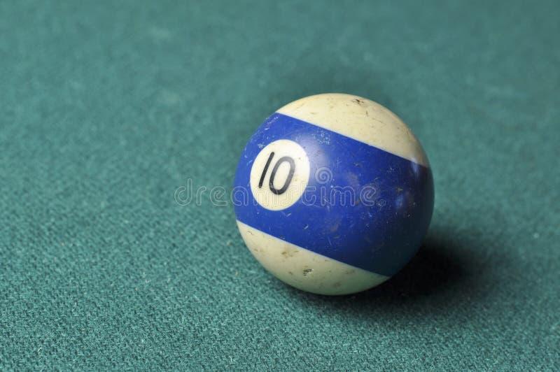 Den gamla billiardbollen nummer 10 gjorde randig vitt och bl?tt p? den gr?na billiardtabellen, kopieringsutrymme arkivbild