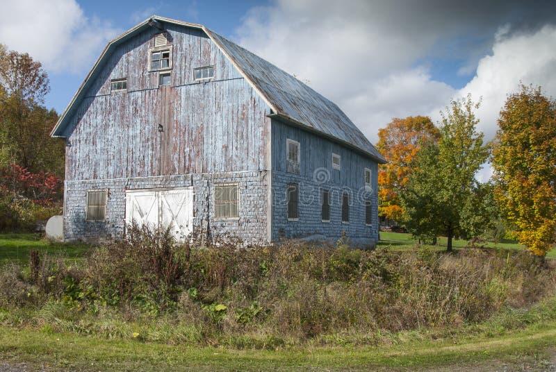 Den gamla blåa ladugården royaltyfri foto