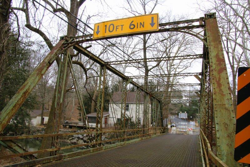 Den gamla bojan maler bron är stängd för reparationer royaltyfria bilder