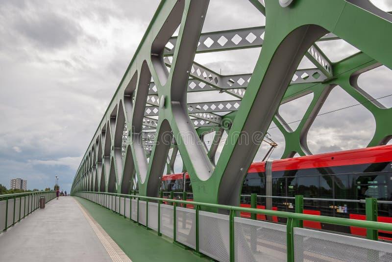 Den gamla bron över Danubet River i Bratislava, Slovakien arkivfoto