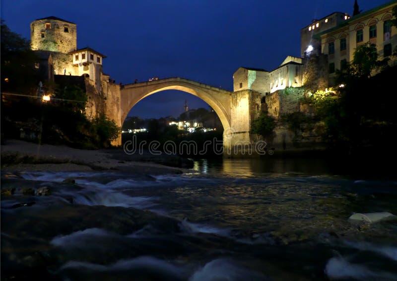 Den gamla bron över den Neretva floden på natten, den historiska staden av Mostar, Bosnien och Hercegovina arkivfoto