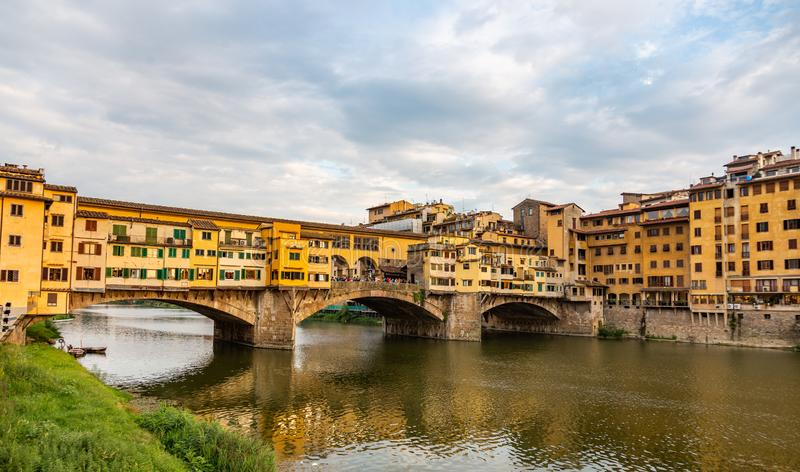 Den gamla bron av Ponte Vecchio med dess många smyckendiversehandel i Florence, Italien arkivfoton