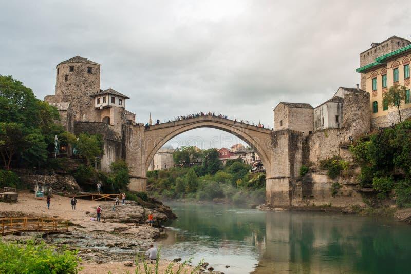 Den gamla bron för världsarv av den Mostar staden med smaragd R arkivfoto