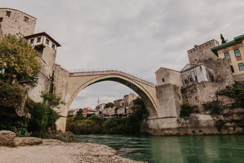 Den gamla bron i Mostar med smaragdfloden Neretva st?mma ?verens omr?desomr?den som Bosnien gemet f?rgade greyed herzegovina inkl royaltyfria foton