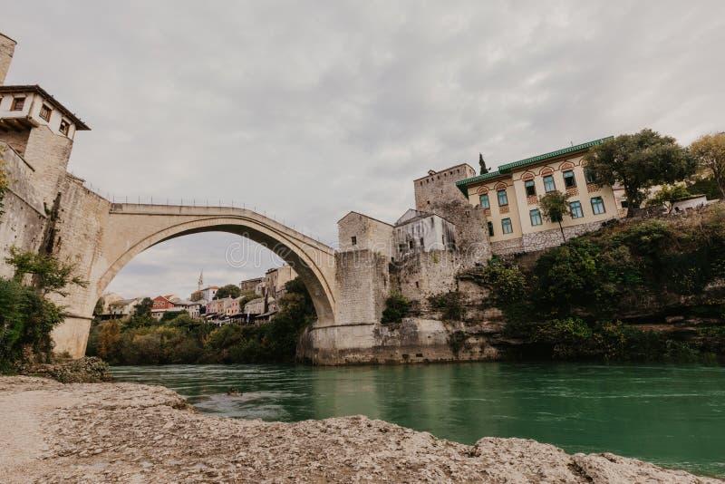 Den gamla bron i Mostar med smaragdfloden Neretva st?mma ?verens omr?desomr?den som Bosnien gemet f?rgade greyed herzegovina inkl arkivfoton