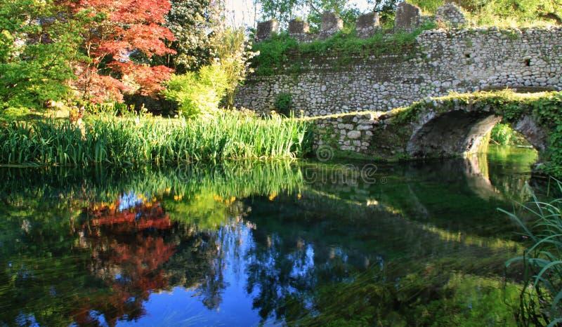 Den gamla bron - den Ninfa trädgården - Italien arkivbild