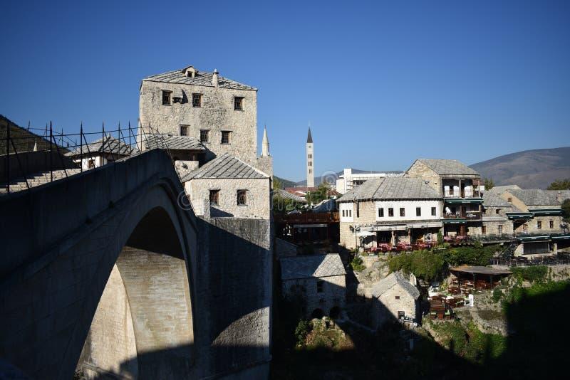 Den gamla bron och Mostar den gamla staden royaltyfri bild