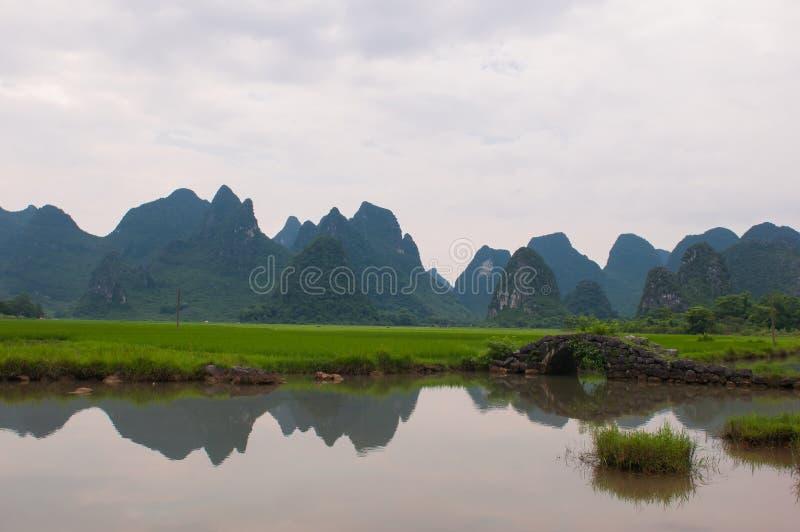 Den gamla bron och risfältfältet arkivbilder