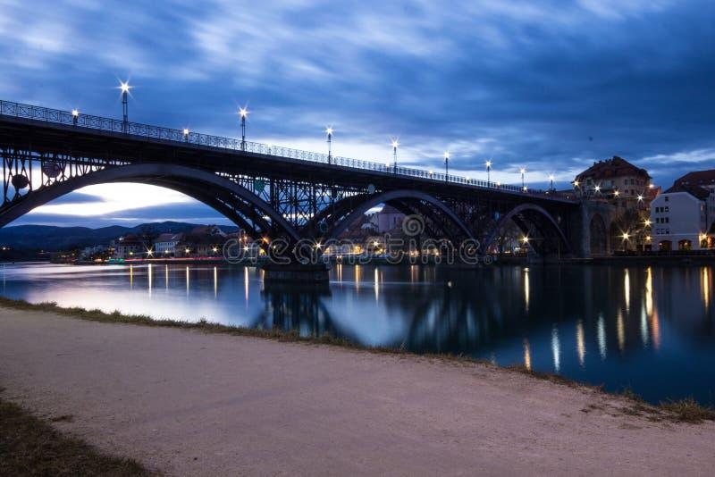 Den gamla bron Stari mest i Maribor, Slovenien royaltyfri fotografi