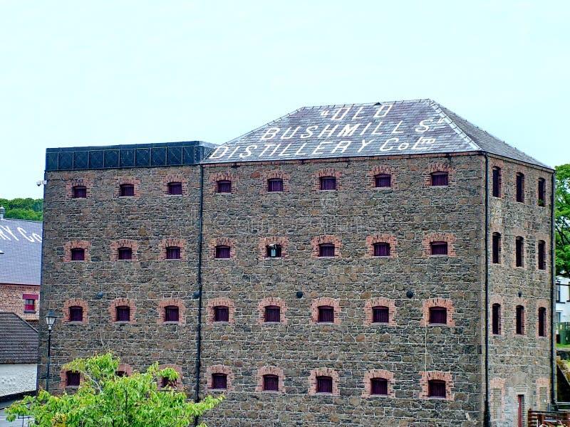 Den gamla Bushmills whiskyspritfabriken royaltyfri foto