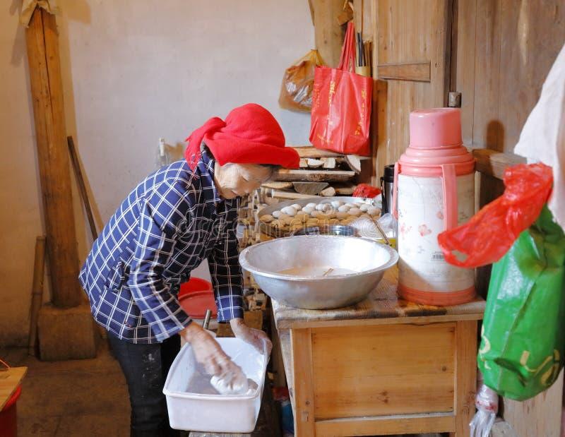 Den gamla bykvinnan gör det traditionella kinesiska mellanmålet, Adobergb-bild royaltyfri bild