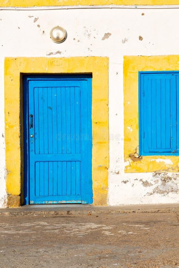 den gamla dörren i Marocko africa ancien och väggfönstret arkivbild