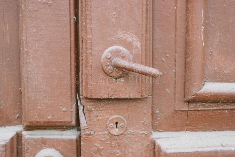 Den gamla dörren med dörrknoppen royaltyfria foton