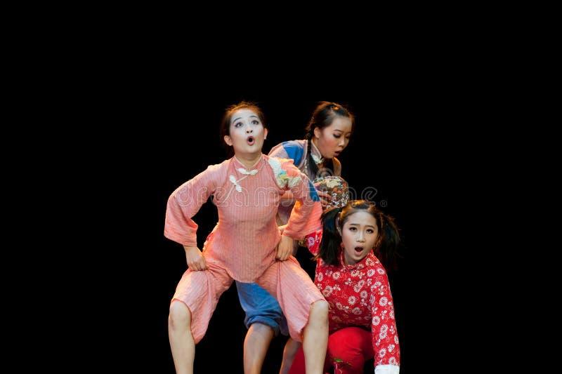 Den gamla damen tre--Folkdans royaltyfri foto