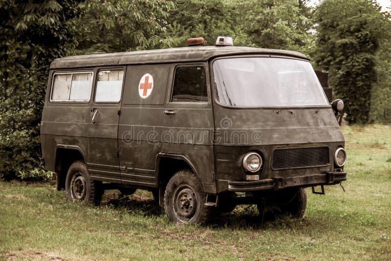 Den gamla dekorativa militära ambulansskåpbilen använde i kriget arkivfoto