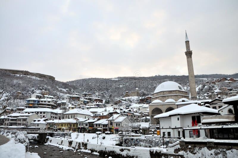 Den gamla delen av Prizren under fästningen som täckas med snö, Kosovo royaltyfri foto