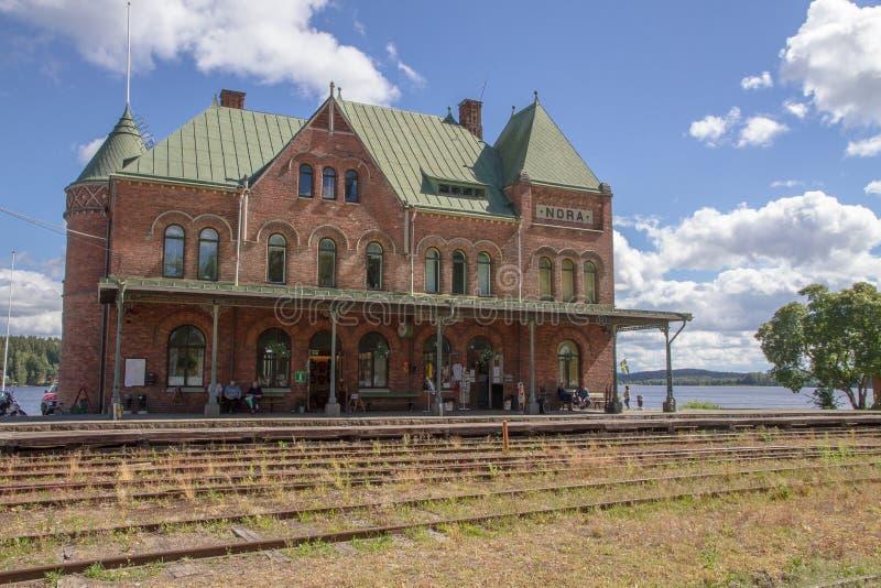 Den gamla drevstationen på sjökusten i Nora Sweden royaltyfria bilder