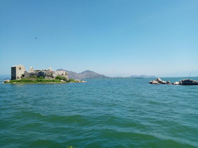 Den gamla fästningen på ön i mitt av sjön Skadar i Montenegro arkivbilder