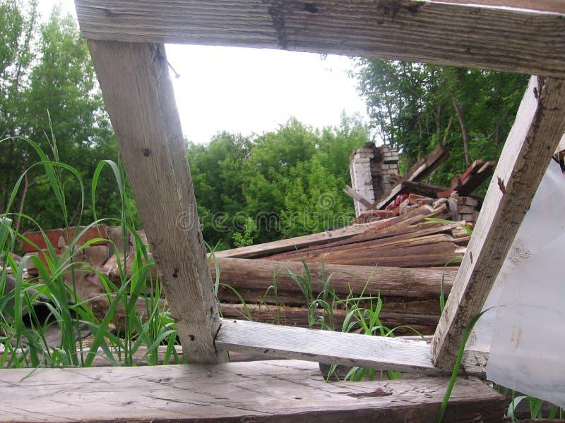 Den gamla fönsterramen i det förstörda trähuset var vridet brutet arkivbild