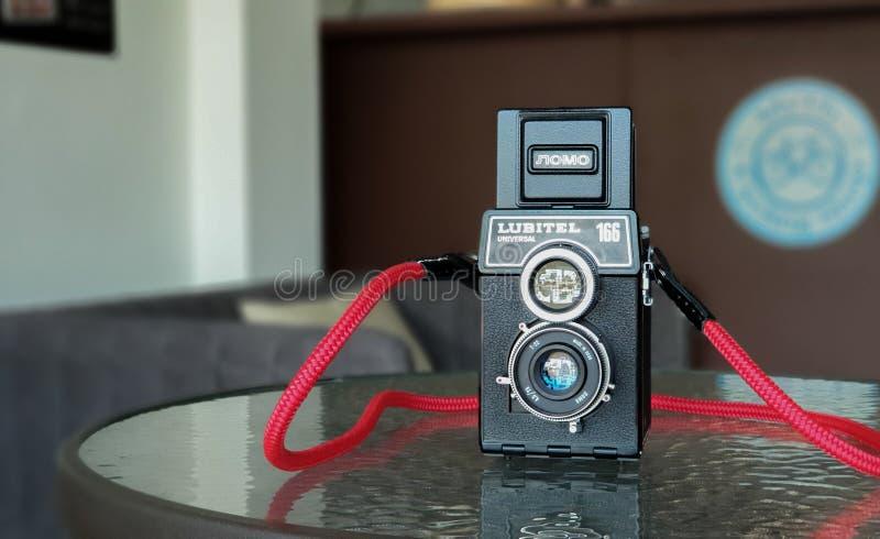 Den gamla filmkameran för tappning TLR eller tvilling- Lens reflexkamera Den gamla sovjetiska märkesnamnet Lomo modellerar Lubite royaltyfri fotografi